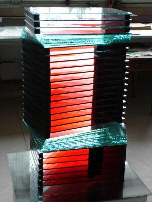červený pohyb — 2004<br>51 × 28 × 21 cm